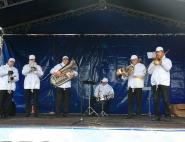 Выступление музыкантов на празднике
